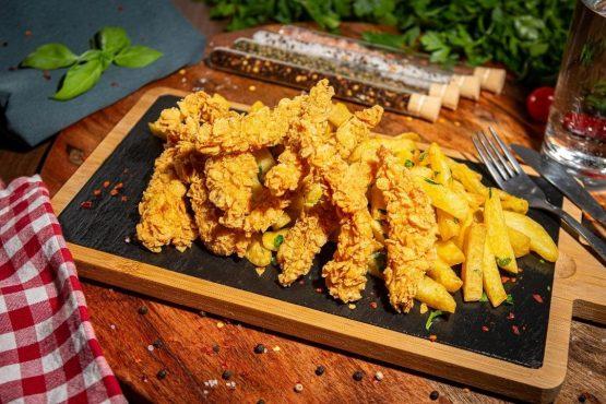 Crispy Strips de pui in fulgi de porumb cu cartofi prajiti si sos de usturoi