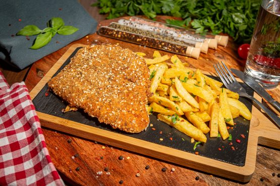 Snitel de pui cu susan si cartofi prajiti aromatizati cu usturoi si ierburi