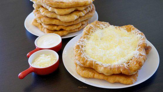 Langoș cu brânză și smântână