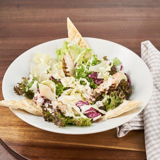 Salata Caesar cu pui si crutoane